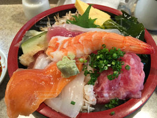 テーブルの上の食べ物の皿の写真・画像素材[2410689]