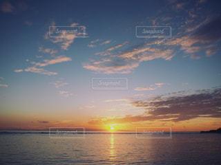 水の上の夕日の写真・画像素材[2428173]