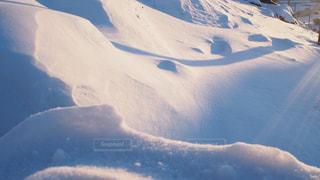 雪に覆われた丘の写真・画像素材[2833135]