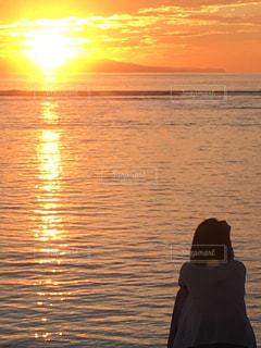 女性,自然,海,空,太陽,朝日,南国,水面,光,人,日の出