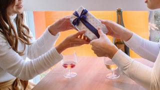 プレゼントを渡す女性の写真・画像素材[2943877]