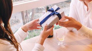 プレゼントをもらう女性の写真・画像素材[2943878]