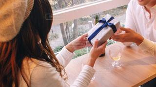 プレゼントを渡す人の写真・画像素材[2961821]