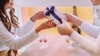 プレゼントを手渡しする人の写真・画像素材[2961822]