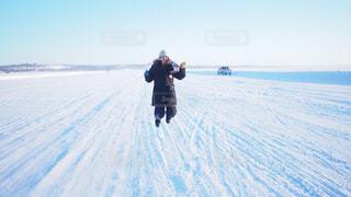 アイスロードでジャンプする人の写真・画像素材[2983138]