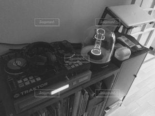 モノクロ,リビングルーム,DJ,cdプレーヤー,スピーカーのある部屋