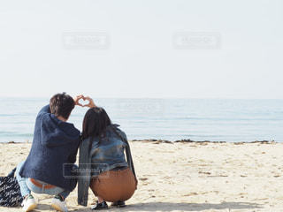 ビーチに座っている人の写真・画像素材[763442]