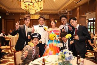 ケーキでテーブルに座っている人々 のグループ - No.804841