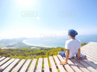 ベンチに座っている男 - No.856374