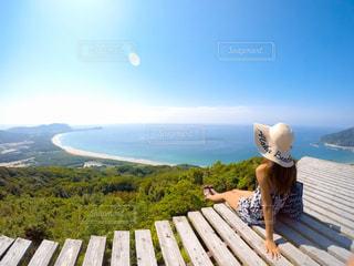 木製ベンチに立っている人の写真・画像素材[926910]