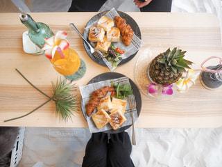 テーブルの上に食べ物の写真・画像素材[1042711]