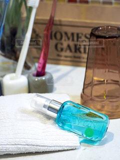 テーブルの上の水のボトルの写真・画像素材[1172175]