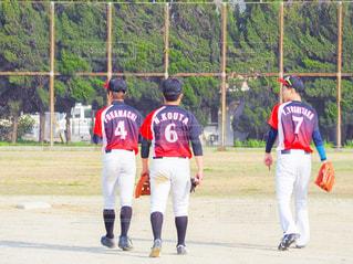 フィールドの上に立って野球選手のグループの写真・画像素材[1538137]