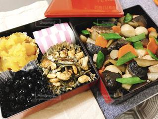 テーブルの上に食べ物の種類でいっぱいのボックスの写真・画像素材[977848]