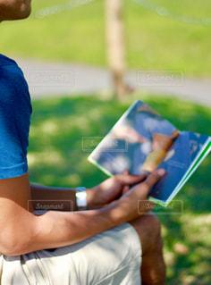 草の上に座っている人 - No.760865
