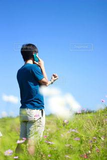 草の覆われてフィールド上に立っている人 - No.764298