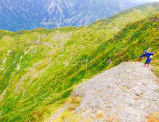 草で覆われた丘の上に凧の飛行男の写真・画像素材[782719]