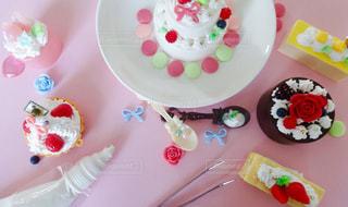 皿の上のケーキを持つテーブルの写真・画像素材[811605]