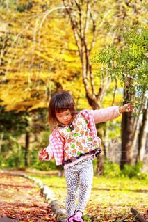 木の隣に立っている女の子 - No.848726