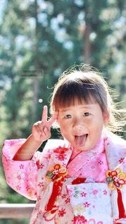 ピンクのシャツの女の子の写真・画像素材[848750]