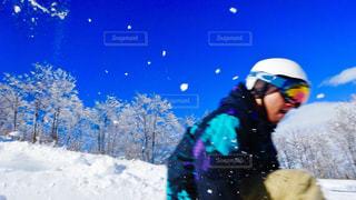 雪をスノーボードに乗る男覆われた斜面 - No.929190