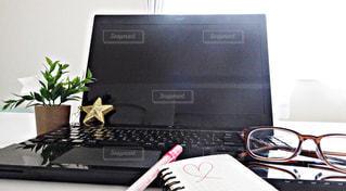 テーブルにノート パソコンをデスクの写真・画像素材[929699]