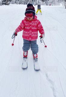 雪に覆われた斜面をスキーに乗る子供 - No.961352