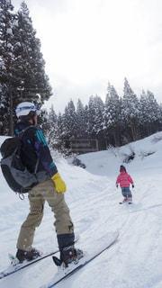雪をスノーボードに乗る男覆われた斜面 - No.961354