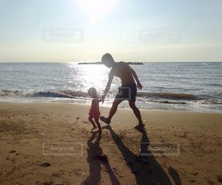 海,夏,夕日,太陽,親子,砂浜,夕暮れ,散歩,子供,仲良し,夏休み,父,子,お父さん