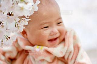 近くに赤ちゃんを保持している人のの写真・画像素材[1408255]