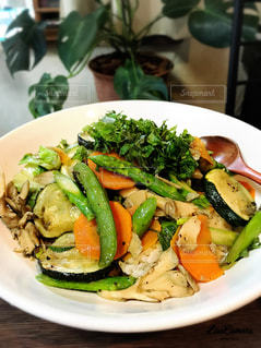 肉と野菜をトッピング白プレートの写真・画像素材[1280774]