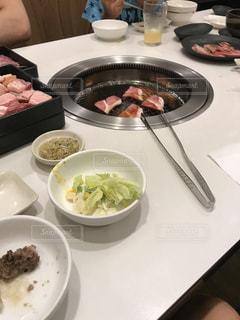 テーブルの上に食べ物のボウルの写真・画像素材[706129]