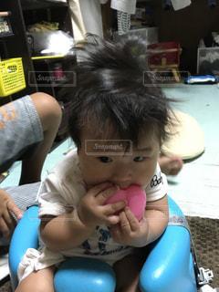 テーブルに座っている小さな子供の写真・画像素材[706130]