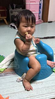 テーブルに座っている小さな子供の写真・画像素材[706136]