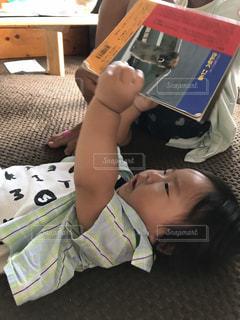 赤ちゃんと本の写真・画像素材[762763]