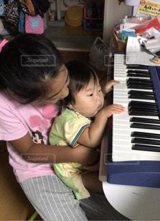 ピアノの前に座っている少女と赤ちゃん - No.812320