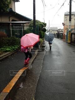 傘を持って通りを歩いて女性 - No.847312