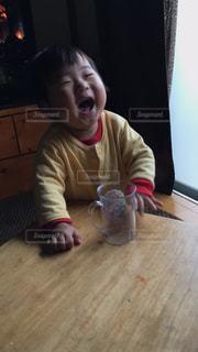テーブルに座っている小さな子供の写真・画像素材[847319]