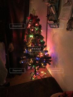 暗い部屋でクリスマス ツリーの写真・画像素材[918653]