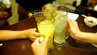 テーブルの上のビールのグラスの写真・画像素材[928205]