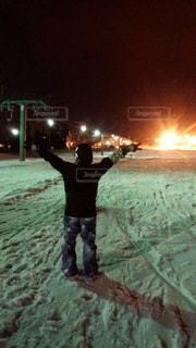 雪に覆われたフィールドに立っている人 - No.931793