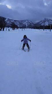 雪に覆われた斜面をスキーに乗っている人のグループの写真・画像素材[931807]