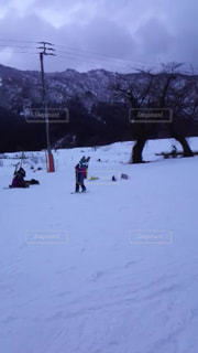 雪に覆われた斜面をスキーに乗っている人のグループ - No.931808