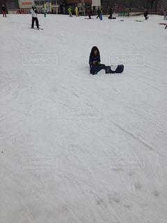 雪の中に立っている人々 のグループ - No.931809
