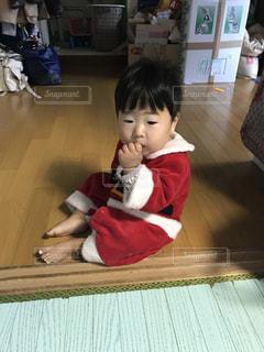 床に座っている小さな男の子の写真・画像素材[939823]