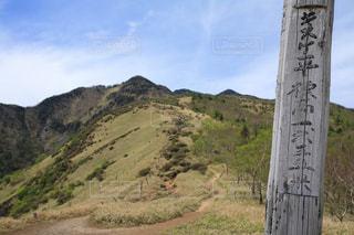 山の中腹にサインの写真・画像素材[765891]