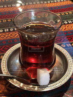 テーブルの上のトルコチャイの写真・画像素材[1413697]