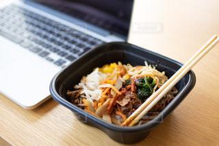 テーブルの上に食べ物のボウルの写真・画像素材[2963131]