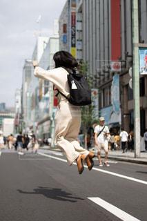 ジャンプする女性の写真・画像素材[2984950]
