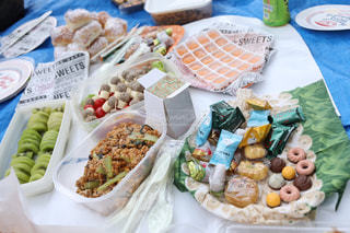 食べ物の皿をテーブルの上に置くの写真・画像素材[3055004]